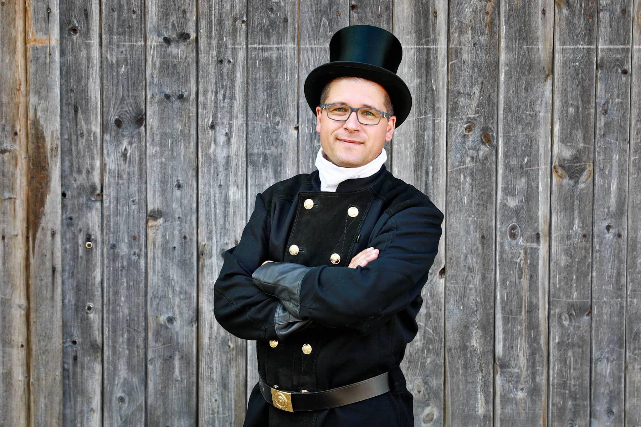 Der Schornsteinfegermeister Ralf Gröber in der traditionellen Kaminkehrer Uniform