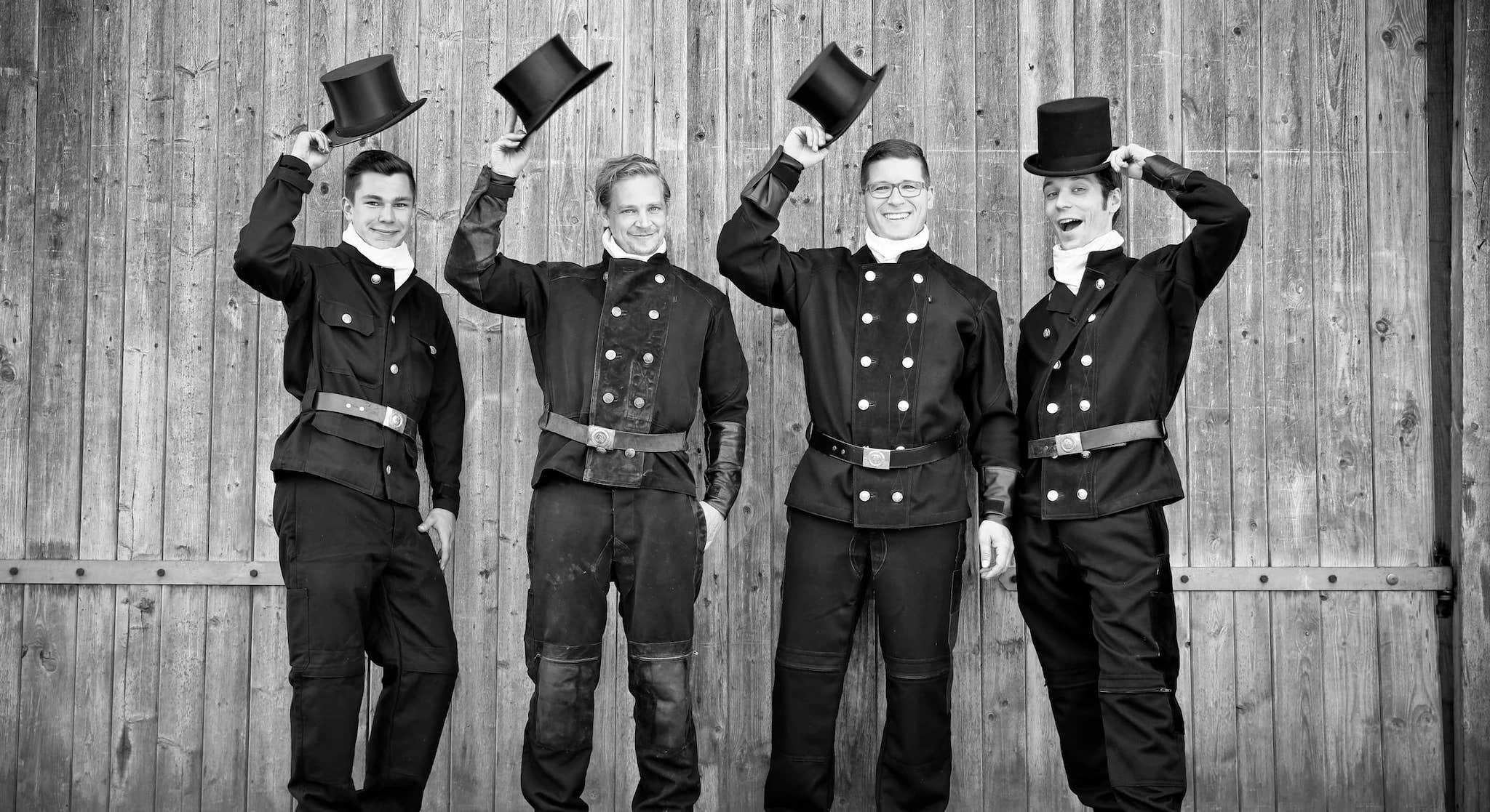 Das Team von Ralf Gröbner in den traditionellen Outfit für Schornsteinfeger - Sie sind die Superschlotis