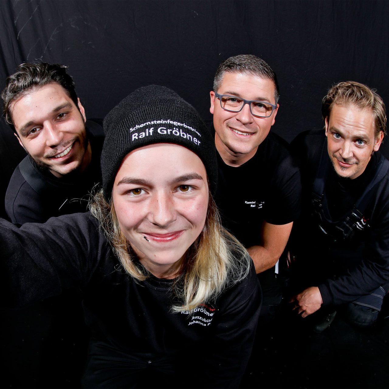 Team Selfie mit Johanna Panzer, Viktor Rauh, Ralf Gröbner und Jan Gröbner vom Schornsteinfegerbetrieb Ralf Gröbner